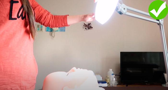 как правильно располагать лампу перед клиентом для наращивания ресниц