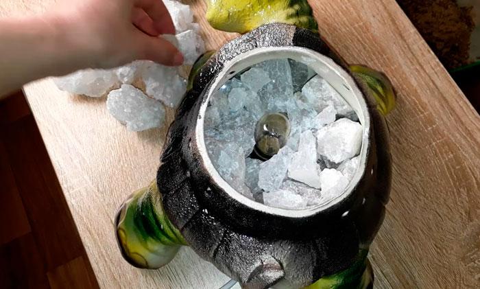 соляная лампа из мелких кусочков соли