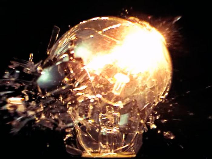 почему взрываются лампочки накаливания